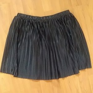Frenchi black pleated miniskirt -size M (NWOT)